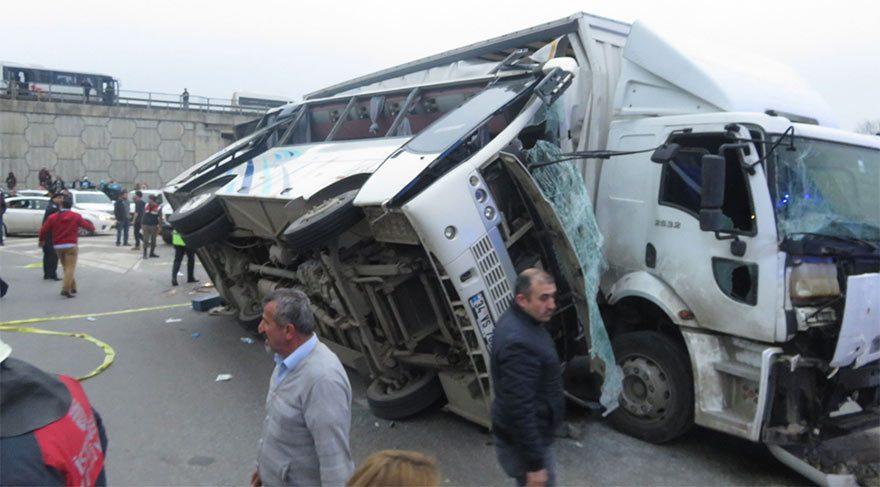 Tuzla'da servis minibüsü kamyona çarptı: 27 yaralı