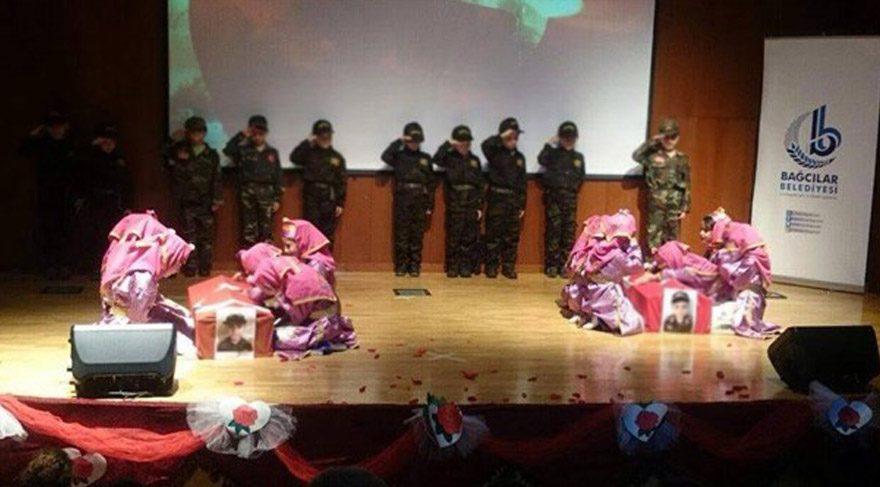 Çanakkale temsilinde ilkokul çocuklarının fotoğraflarını tabutlara yerleştirdiler