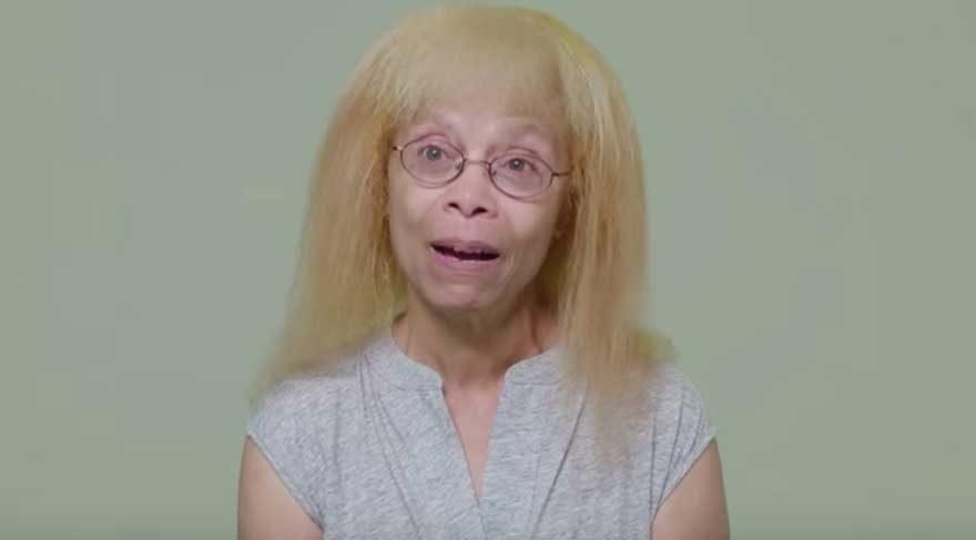 Yıllardır kuaföre gidemeyen kadın yeni saçlarını görünce büyük şaşkınlık yaşadı!
