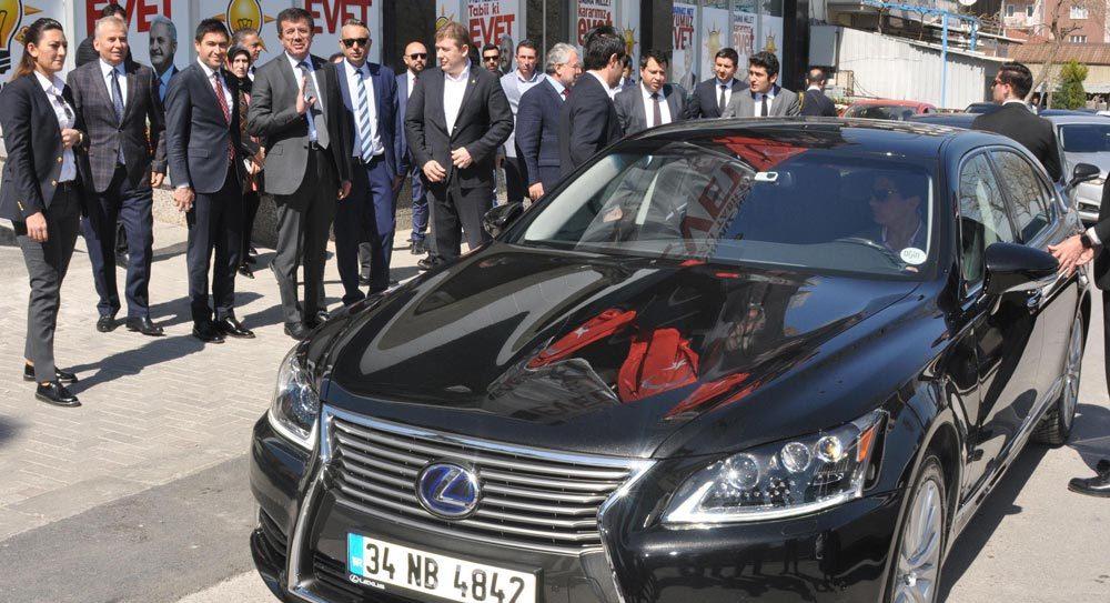 Ekonomi Bakanı Mercedes'ini bıraktı