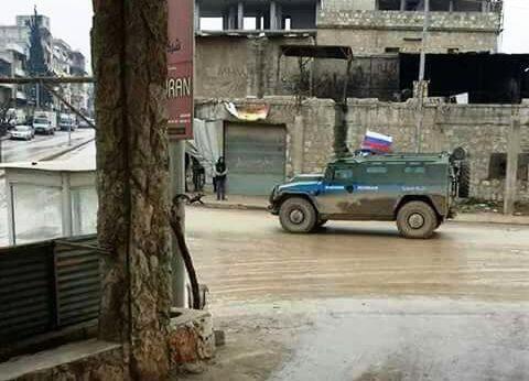 Rus bayraklı zırhlı araçlar Afrin'de.