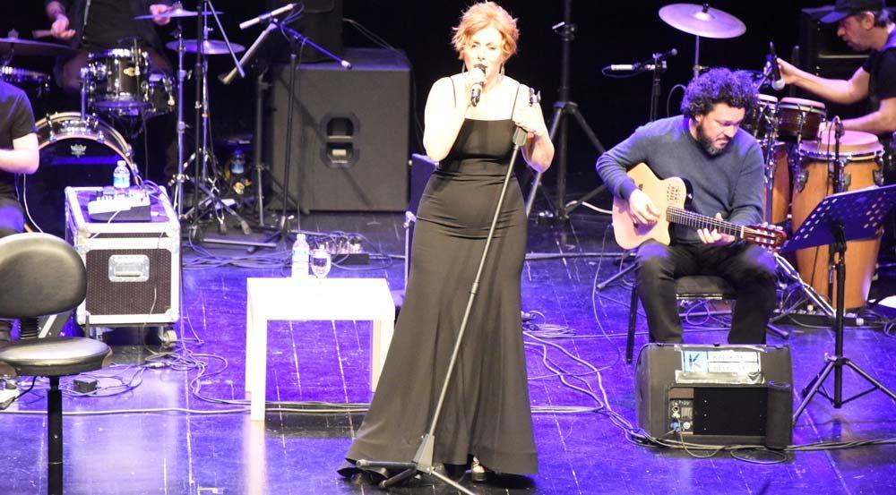 Zuhal Olcay, Bostancı Gösteri Merkezi'nde konser verdi