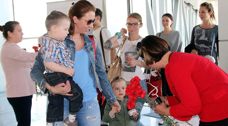 Bodrum'da, sezonun ilk Rus turist kafilesi çiçeklerle karşılandı