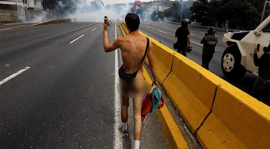 Çıplak vatandaş gösterilere damga vurdu