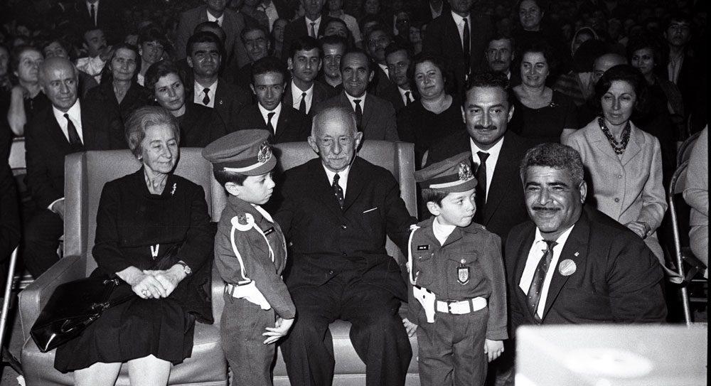 19. CHP Kurultay'ında İsmet İnönü polis kıyafeti giymiş çocuklarla birlikte. Fotoğraf: Depo Photos