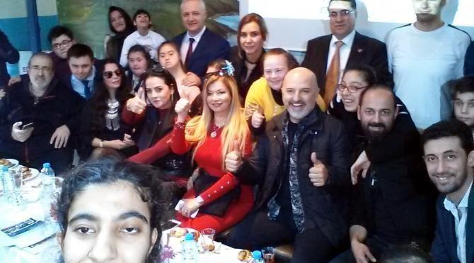 Ünlüler, selfie isteğini çeviremedikleri 'Özel öğrencilerle'