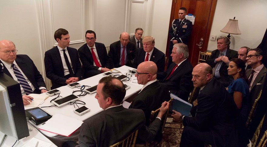 Geçen hafta Suriye'yi vurma kararı alan Trump, operasyonu Mar a Lago'da oluşturulan 'durum odasından' böyle takip etti.