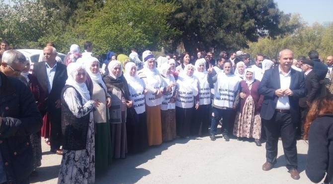 Pervin Buldan ve beraberindekiler cezaevi önünde oturma eylemi yaptı