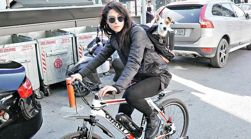 Köpeği için bisikleti tercih ediyor