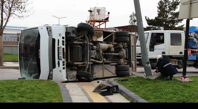 Sivas'ta askeri midibüs devrildi, 2 personel yara almadı