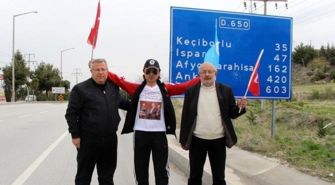 Doğu Türkistan'daki şiddeti protesto için yürüyor