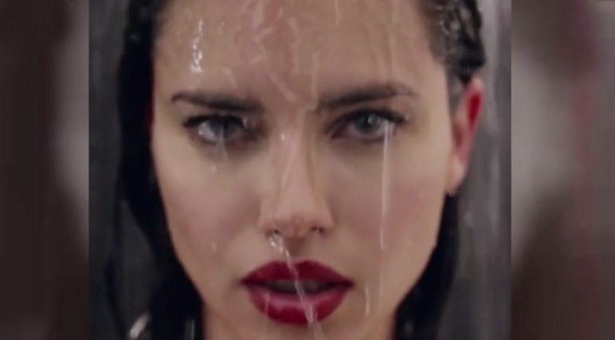 Adriana duşta çikolata yedi
