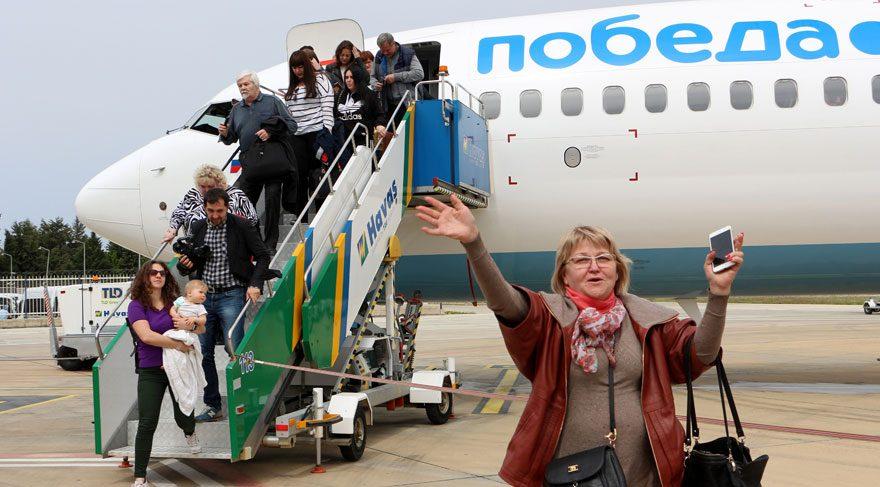 Rus turistler, havalimanında su takıyla karşılandı