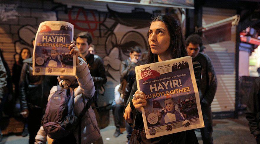 Foto: Reuters Referandum sonuçlarını protesto eden vatandaşlar ellerinde 'Hayır' yazılı broşürlerle sokaklara çıktı