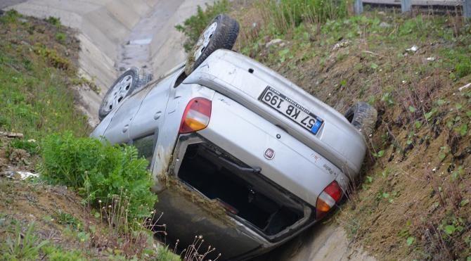 Sinop'ta otomobil şarampole devrildi: 3 yaralı