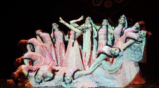 Dağıstan Devlet Halk Dansları'ndan izleyenleri heyecanlandıran gösteri