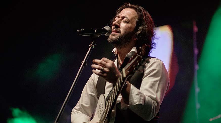 Fettah Can, konserinde vefat eden müzisyen Taşkın Doğanışık'ın ardından gözyaşlarını tutamadı