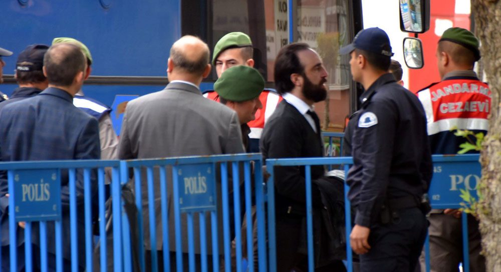 SOMA AŞ Yönetim Kurulu Başkanı Can Gürkan duruşma salonuna böyle getirildi. Fotoğraf: DHA