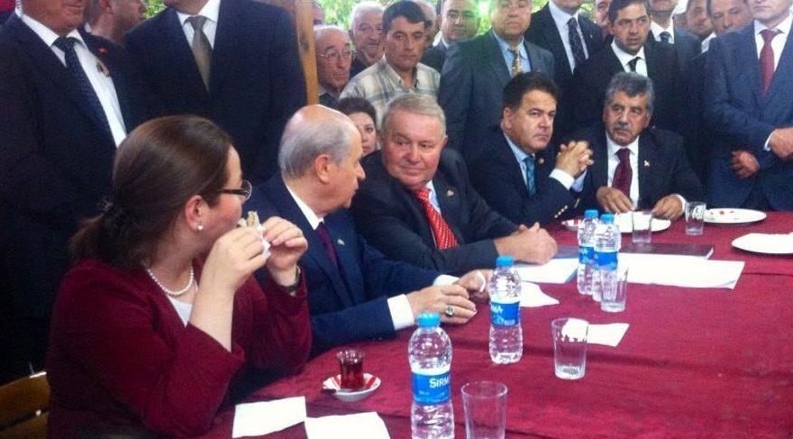 MHP Uluborlu İlçe Başkanı Ülkü Işıldar (Bahçeli'nin solundaki) ve 16 üye görevinden istifa etti.