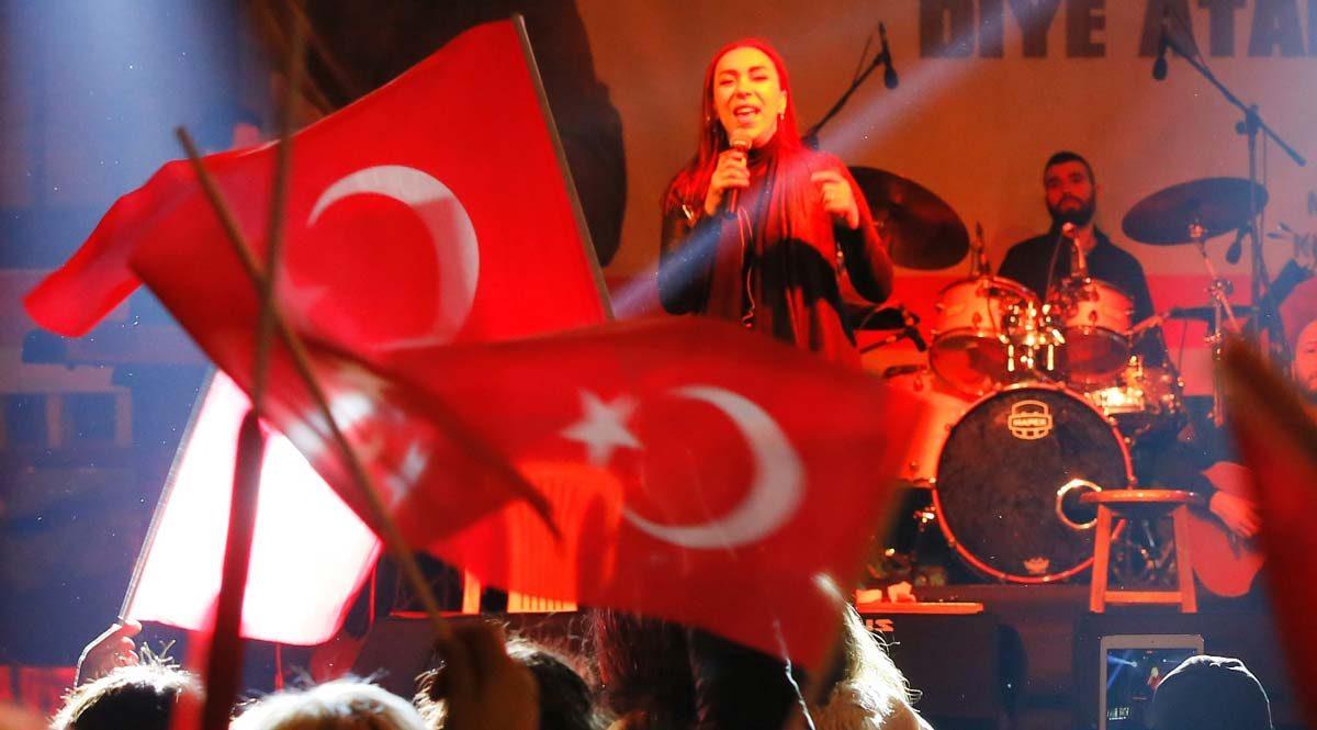 """Leman Sam'ın Kırklareli'ndeki konserinde sahneye çıkan ünlü sanatçılar referandumda """"Hayır"""" çağrısı yaptı"""