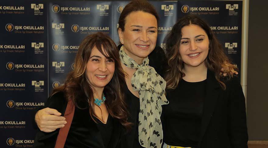 Demet Akbağ, merhum Erdal Tosun'a takdim edilen ödülü sanatçının kızı ve eski eşiyle birlikte aldı