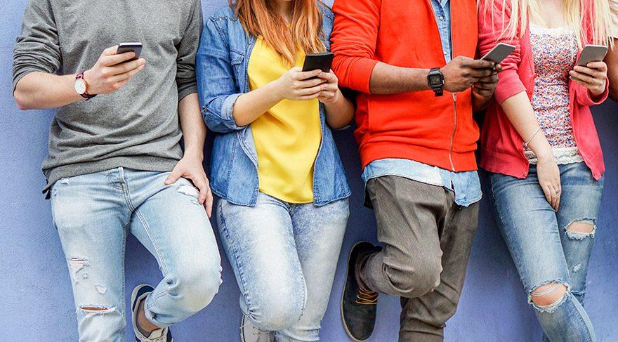 Türk halkı ortalama dört saatini telefon başında geçiriyor