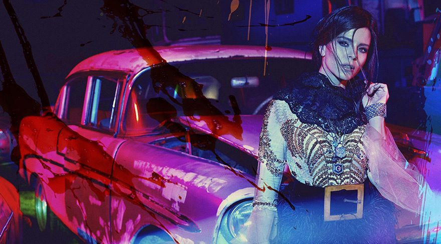 Şarkıcı Simge bir araba mezarlığında poz verdi