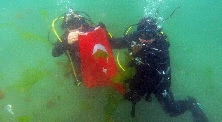 23 Nisan'ı su altında kutladılar