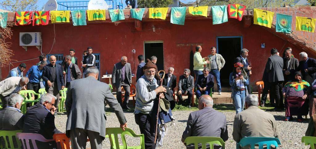 FOTO: DHA / Evin duvarlarına bebek katilinin fotoğraflarıyla beraber PKK paçavraları da asıldı.