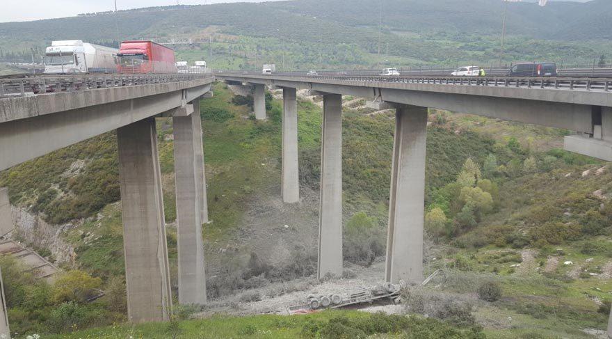 Çimento yüklü TIR viyadükten uçtu, sürücüsü öldü