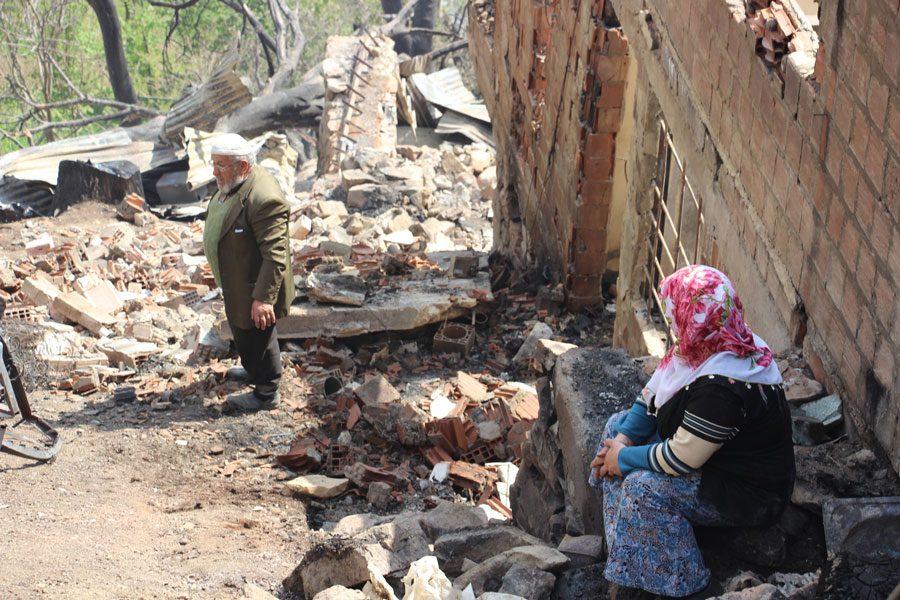 FOTO:DHA - Süleyman Yıldırım'ı komşuları teselli etmeye çalıştı.