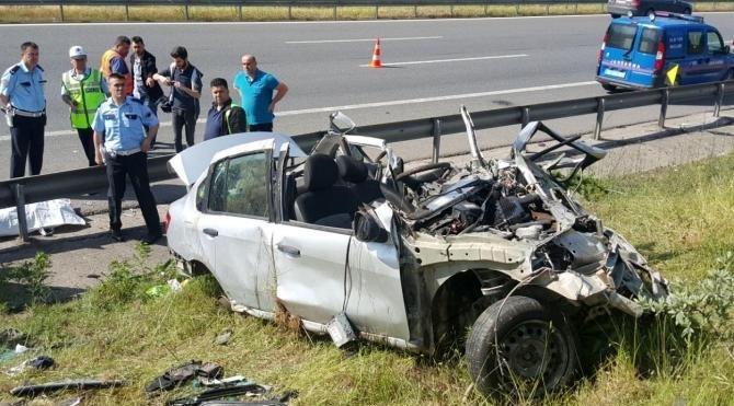 Otomobil, emniyet şeridindeki TIR'a çarptı: 4 ölü, 1 yaralı