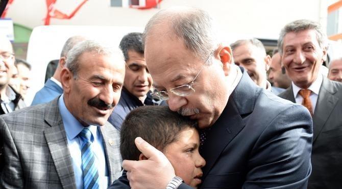 Bakan Akdağ'dan, valinin ayakkabı boyattığı çocuğa 100 lira harçlık
