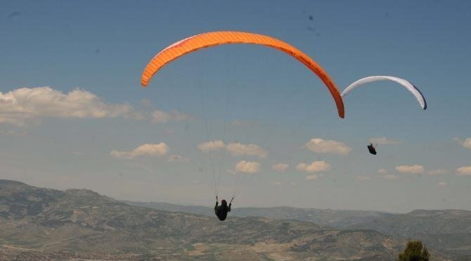 Turhal'da uluslararası yamaç paraşütü yarışması