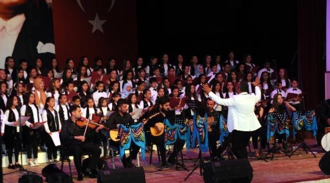 Öğrenciler 6 dilde ve 2 lehçede şarkı söyledi