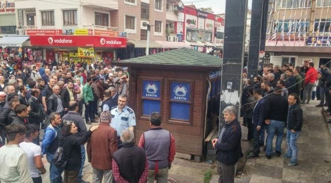 Atatürk anıtına baltayla saldıran kişiyi linçten zabıta kurtardı