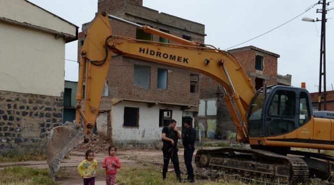 Sur İlçesi'ndeki kamulaştırılan yapılan yıkılıyor