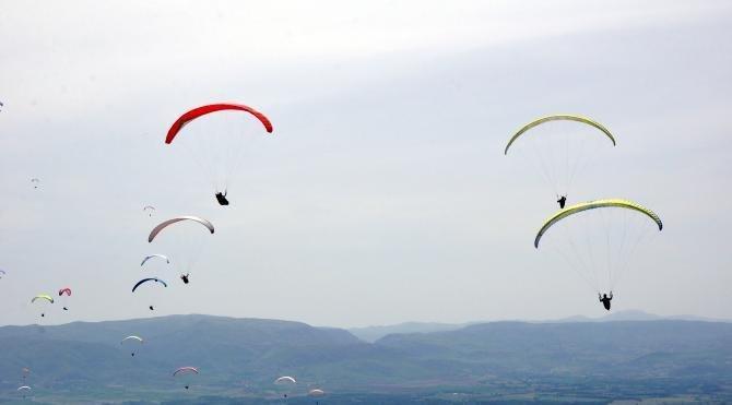 Yamaç paraşütçüleri, Turhal semalarını renklendirdi