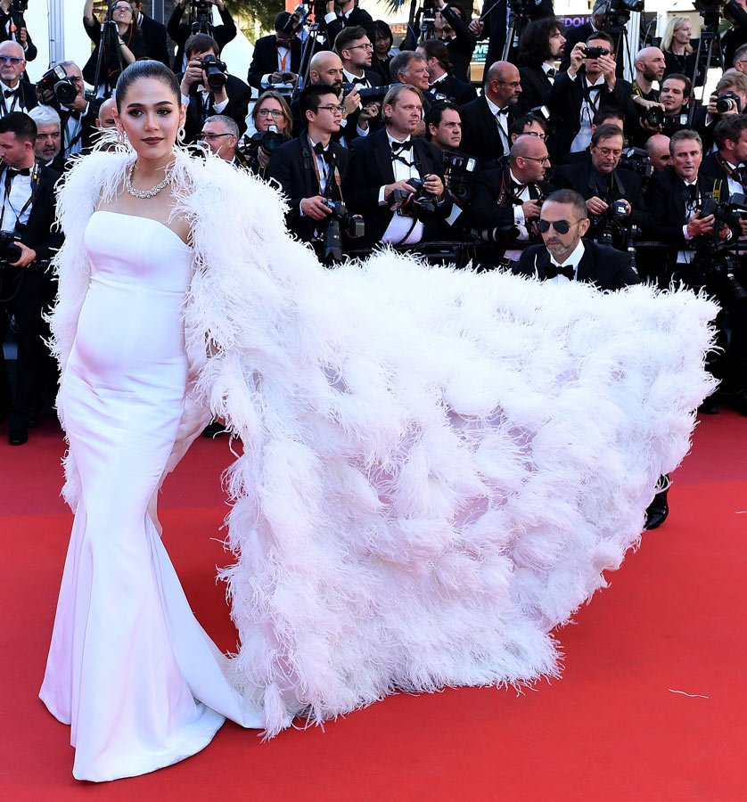 Chompoo Araya ise Ralp&Russo marka beyaz elbisesi ile sade ama çok şıktı.