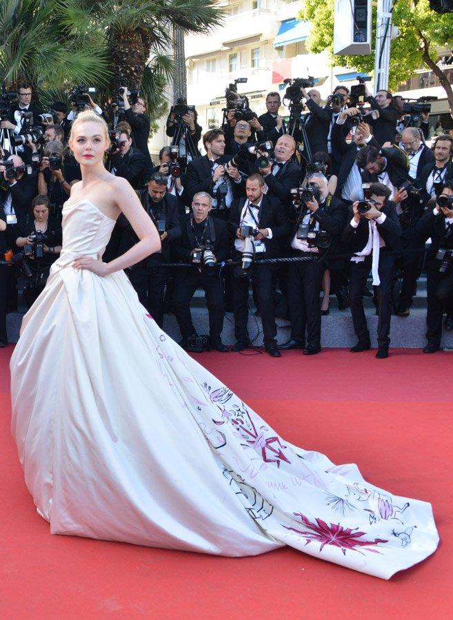Kırmızı halıda kuğu gibi süzülen Elle Fanning, Vivienne Westwood Couture imzalı beyaz, kuyruğu işlemeli elbisesi ile tam bir prenses edasındaydı...
