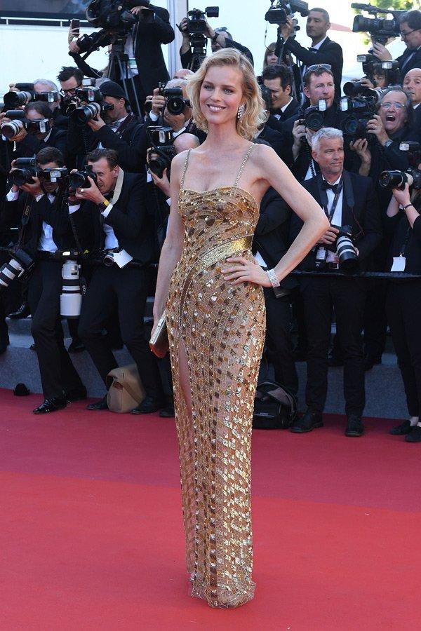 Saçı, makyajı ve aksesuarlarıyla tam bir bütünlük sağlayan Eva Herzigova, Roberto Cavalli Couture kıyafetiyle çok şık görünüyor.