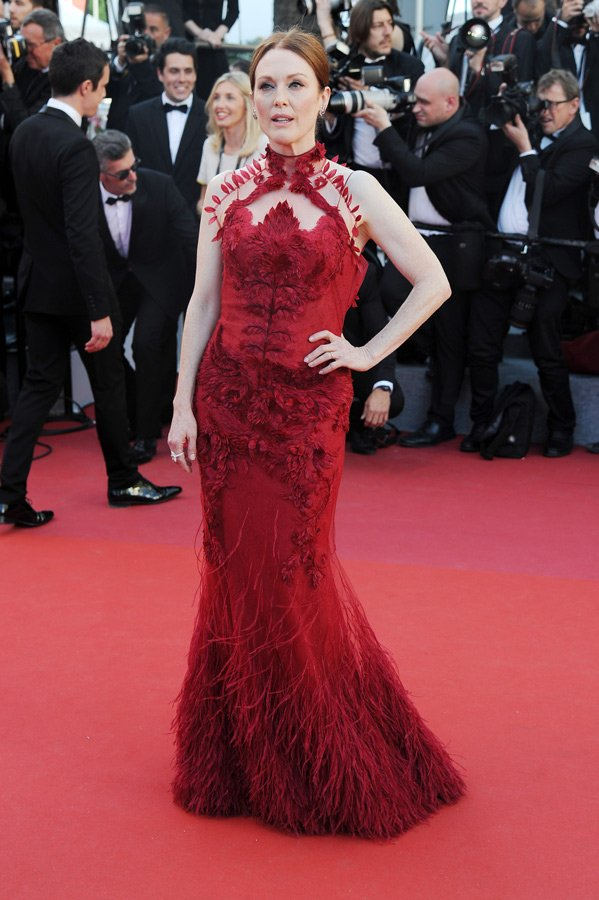 Julienne Moore kırmızının asaletinden faydalanmak istemiş lakin Givenchy marka kıyafeti fazla işlemeli olduğu için tüm güzelliğini geri planda bırakmış.