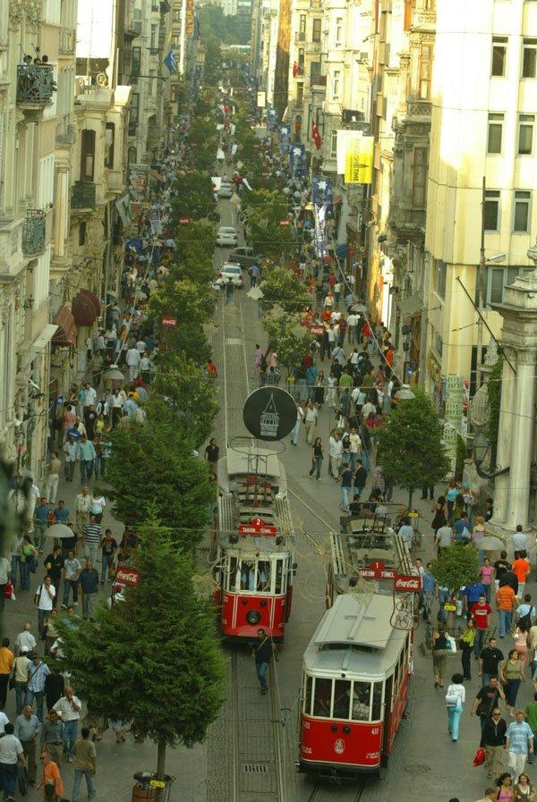 İstiklal Caddesi'nin ağaçlı zamanları. Yıl: 2005/Fotoğraf: Depo Photos