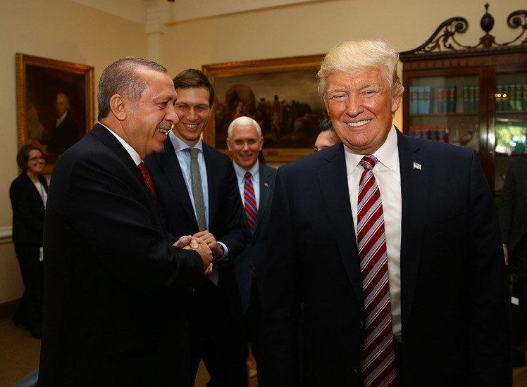 Cumhurbaşkanı Tayyip Erdoğan ile ABD lideri Trump'ın damadı Jared Kushner'in el sıkıştığı o an objektiflere böyle yansıdı.