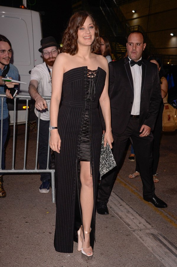 Marion Cotillard, Jean Paul Gaultier Couture bir kıyafet tercih etmişti. Ne var ki elbisesi kırmızı halı için hiç uygun değildi. Sanki önemli bir festival açılışına değil de, arkadaşının ev partisine gider gibi bir havası vardı.