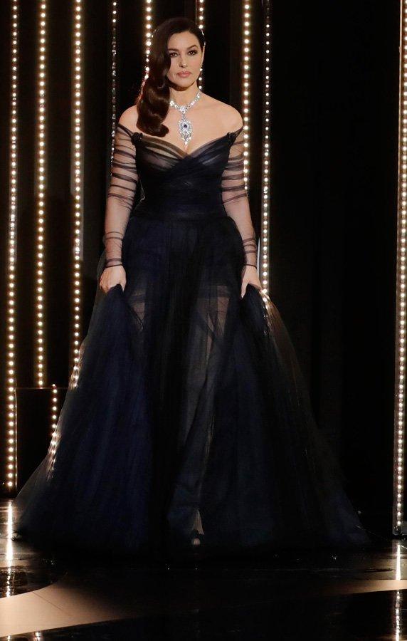 Yaptığı sahne şovuyla hayretler içinde bırakan Monica Bellucci, Dior elbisesi ve Cartier mücevherleri ile şık görünse de, aldığı kilolar gözden kaçmadı...