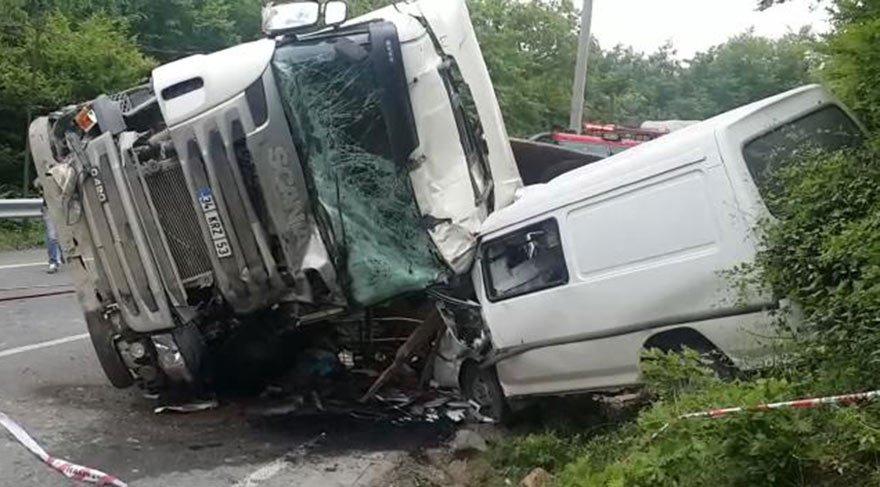 Beykoz'da hafriyat kamyonu öğrenci servisine çarptı: 1 ölü