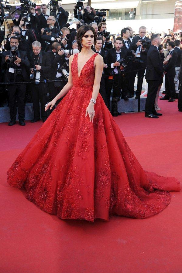 Zuhair Murad imzalı kırmızı bir elbise giyen Sara Sampaio'dan gözlerimizi alamadık. İşte kırmızının asilliği böyle ortaya çıkıyor...
