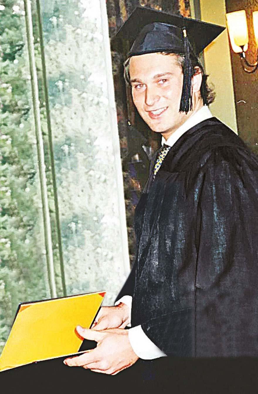 Burak Akbay, İsviçre'deki American College of Switzerland'dan 1994 yılında mezun oldu. Okulun Leysin'ndeki kampüsünde diploma sevincini arkadaşlarıyla böyle paylaştı. Amerikalı bir asker olan Dr. Fred Ott'un, 1963 yılında kurduğu okul halen faaliyettedir. Amerikalı ünlü aktör Sylvester Stallone bu okuldan mezun olmuştur.