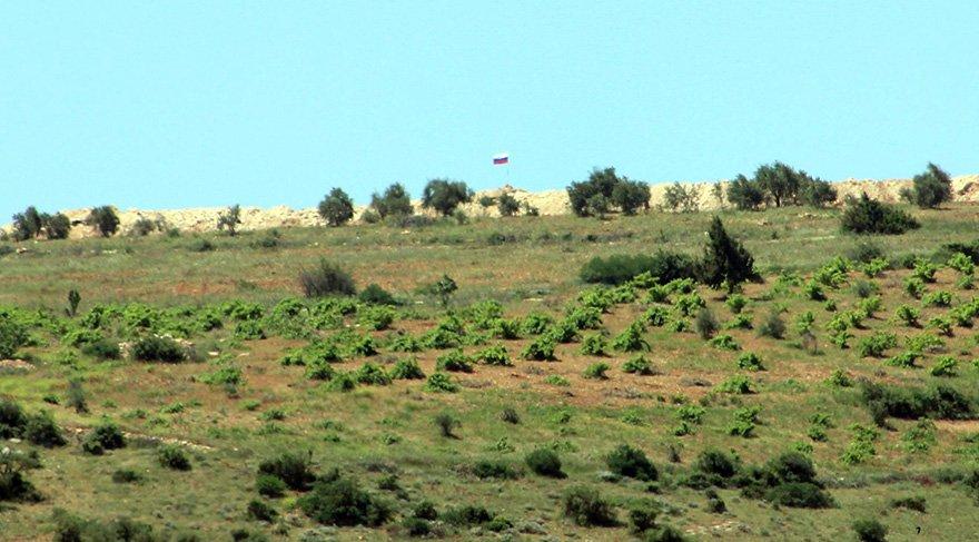 Suriye'nin Türkiye sınırında Rusya bayrağı